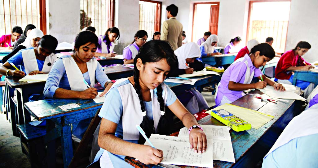 दैलेखमा ४६ वटा केन्द्रमा १९ सय ५५ जना विद्यार्थीले परीक्षा दिँदै