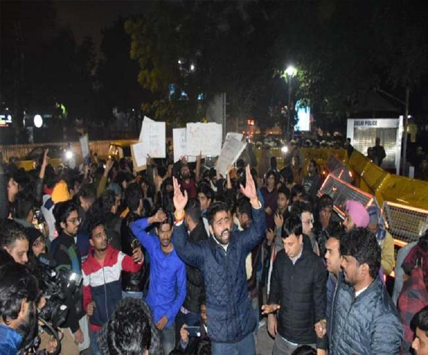 दिल्लीमा हिंसात्मक विरोध प्रदर्शन, प्रदर्शनकारीहरु पुलिस मुख्यालयभित्रै छिरेपछि…