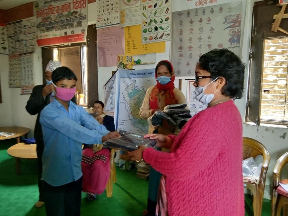 सुस्तश्रवण बालबालिकालाई न्यानो कपडा वितरण