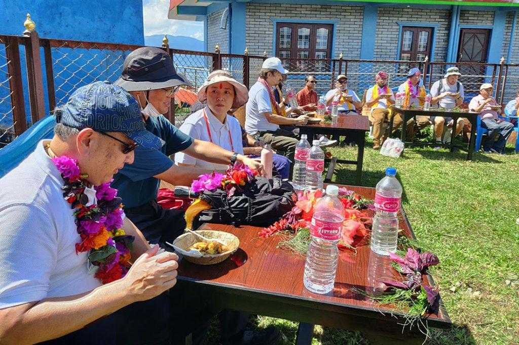 ११ देशका राजदूतहरु पोखरामा हाइकिङ गर्दै
